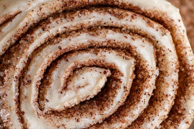 Surowe domowe bułeczki cynamonowe gotowe do pieczenia