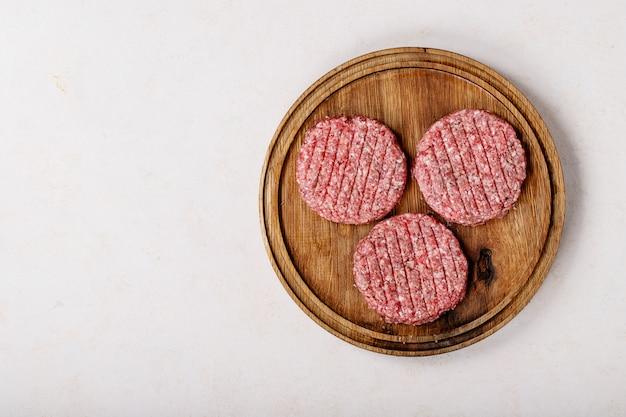 Surowe domowe mięso hamburgerowe