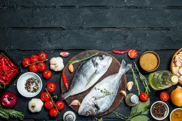 Surowe dorado z rybami morskimi z przyprawami i warzywami.