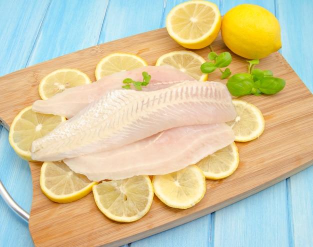 Surowe filety rybne z cytryną