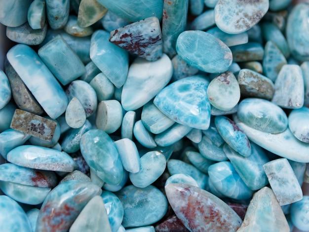 Surowe i polerowane kamienie larimarowe. widok z góry.