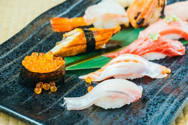 Surowe i świeże krewetki z tuńczyka łososia i inne sushi