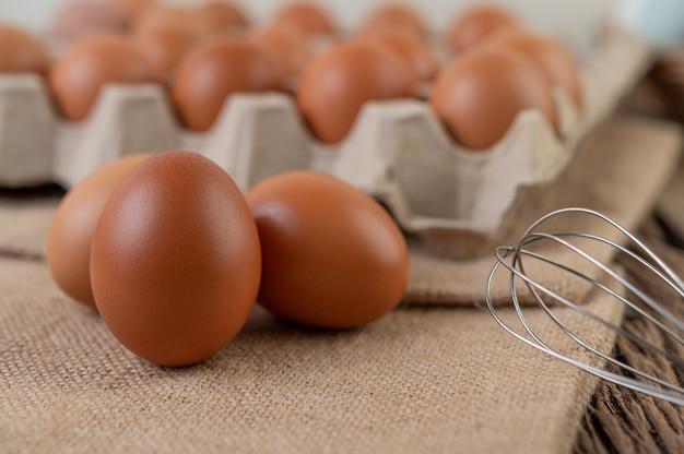 Surowe jaja kurze żywność ekologiczna dla dobrego zdrowia o wysokiej zawartości białka