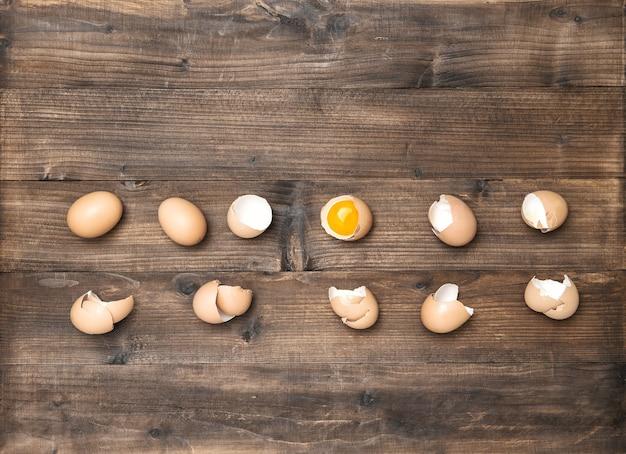 Surowe jajka na drewnianym tle. składniki do przygotowania żywności