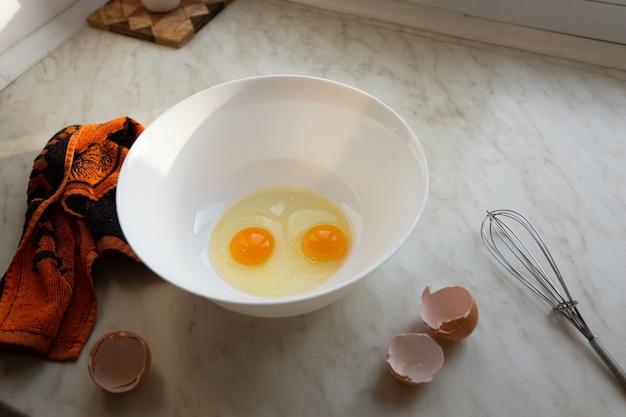 Surowe jajka w misce do zrobienia omletu lub ciasta