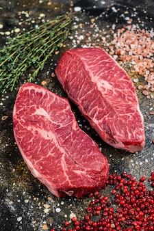 Surowe kawałki łopatki, steki z mięsa wołowego. widok z góry.