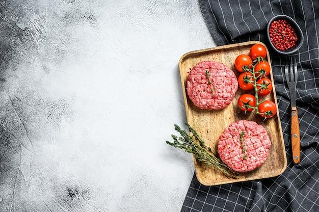 Surowe kotlety burgery, ekologiczne mielone mięso wołowe