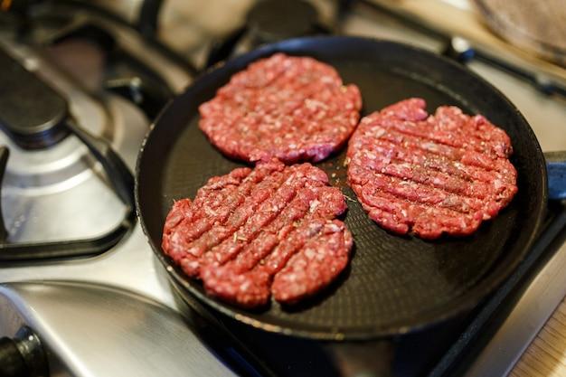 Surowe kotlety burgery stek. świeże, domowe burgery z stekiem wołowym