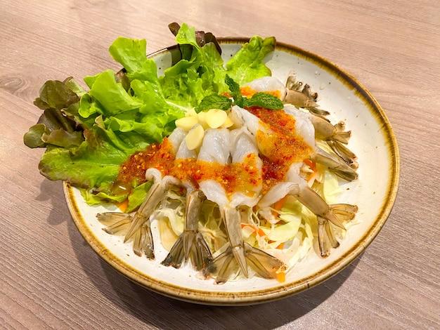 Surowe krewetki i pikantny sos, owoce morza tajlandia (pikantna krewetkowa sałatka w sosie rybnym).