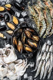Surowe krewetki tygrysie z owoców morza, krewetki, małże, ośmiornice, sardynki, pachnące