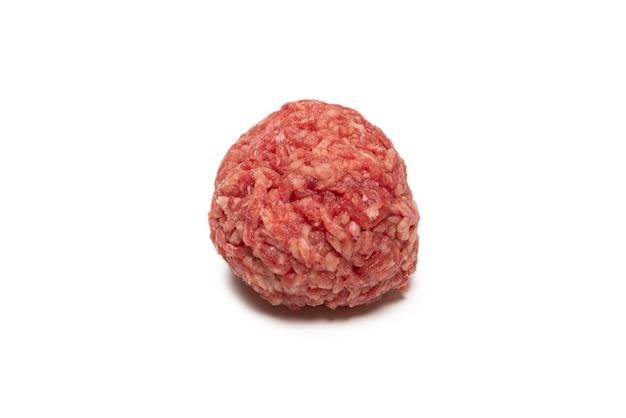 Surowe kulki mięsne na białym tle