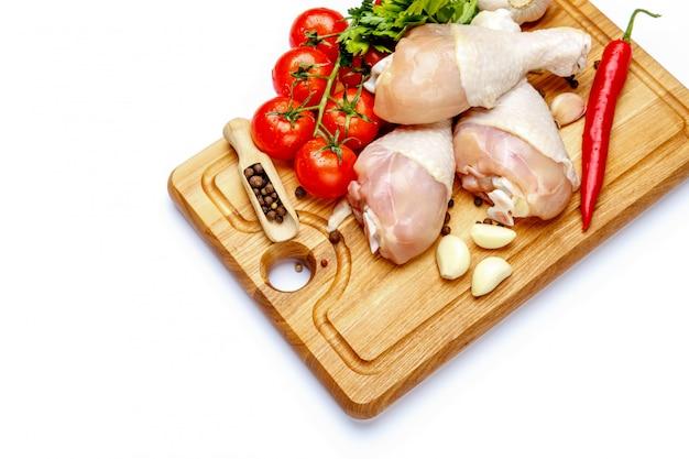 Surowe kurczak nogi na bielu odizolowywającym