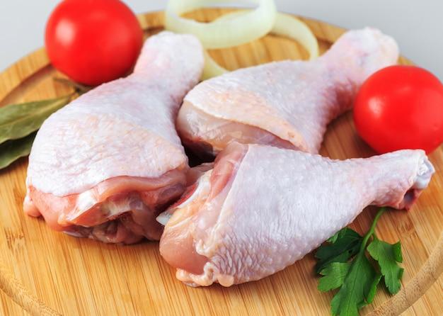 Surowe kurczak nogi na bielu