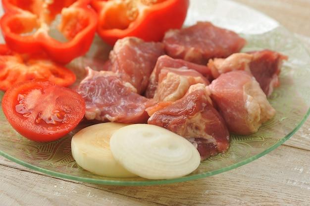Surowe mięso do gotowania szaszłyka - pokrojonego na kawałki