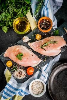 Surowe mięso filet z piersi kurczaka z przyprawami i oliwą z oliwek