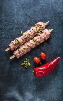 Surowe mięso kebab na czarnej przestrzeni. wolna przestrzeń. widok z góry.