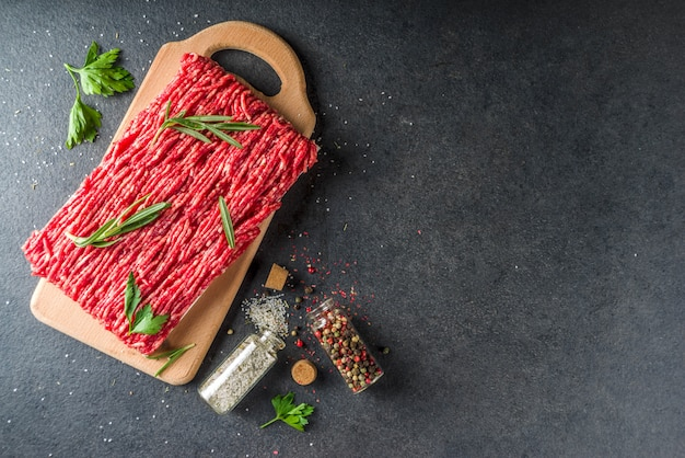 Surowe mięso mielone wołowe