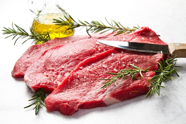 Surowe Mięso Na Białym Tle Premium Zdjęcia