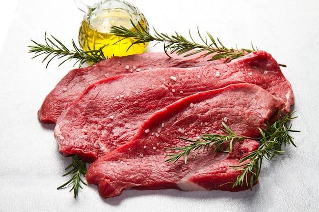 Surowe mięso na białym tle