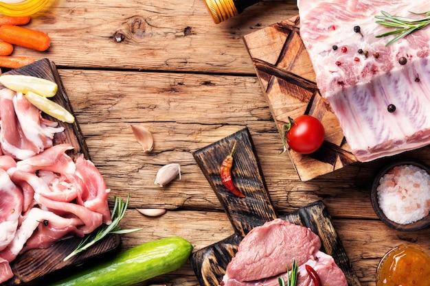 Surowe mięso na desce