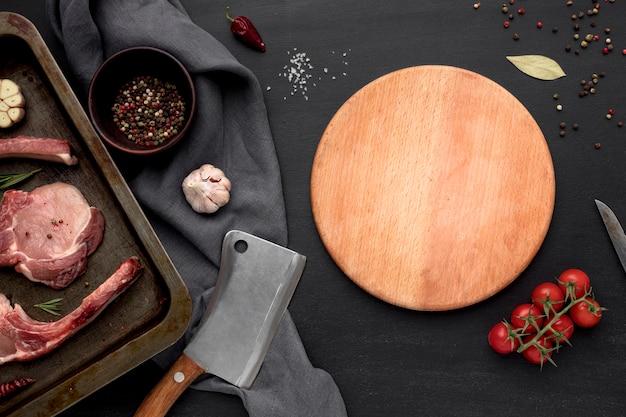 Surowe mięso na patelni z warzywami