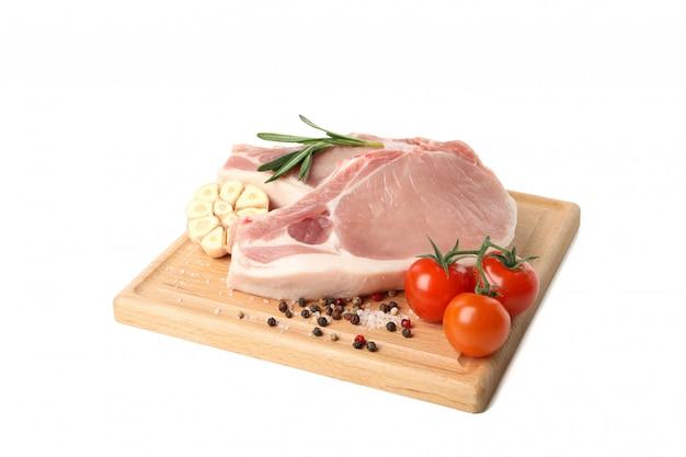 Surowe mięso na stek i składniki na białym tle
