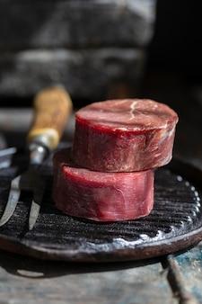 Surowe mięso na talerzu z widelcem