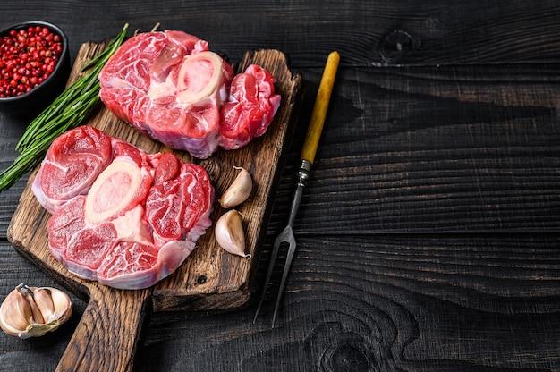 Surowe mięso osso buco stek z golonki cielęcej, przyrządzany z włoskiego ossobuco