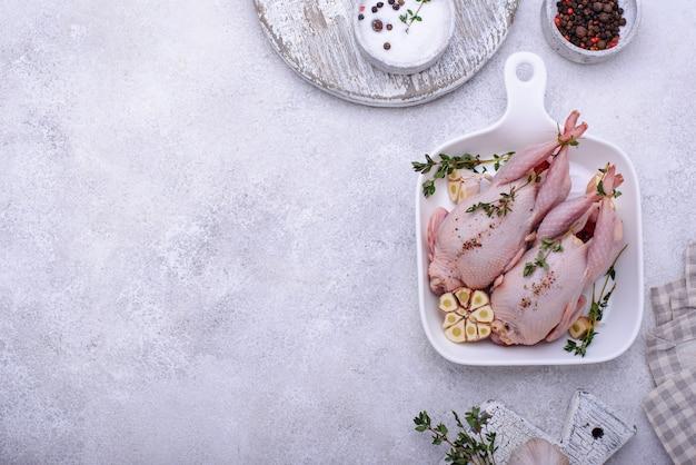 Surowe mięso przepiórcze z przyprawami czosnkowymi i ziołami