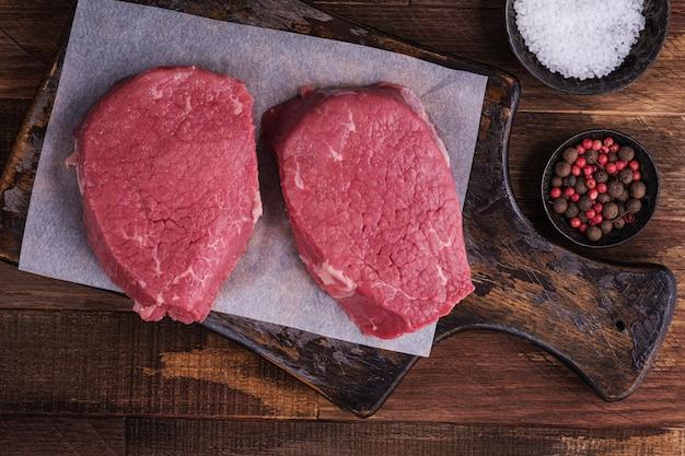 Surowe mięso, stek wołowy z przyprawami