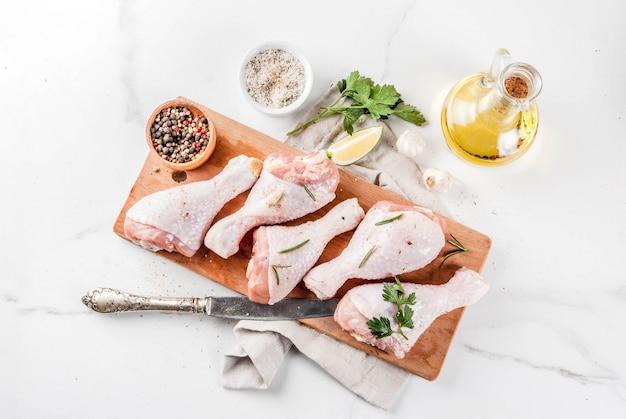 Surowe mięso, udka z kurczaka, z oliwą z oliwek, ziołami i przyprawami