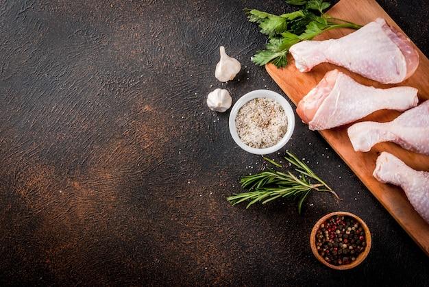 Surowe mięso, udka z kurczaka, z ziołami i przyprawami