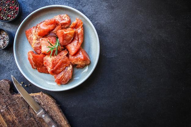 Surowe mięso wieprzowe lub wołowe w talerzu