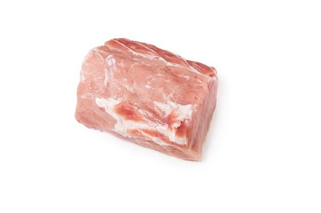 Surowe mięso wieprzowe na białym tle cały kawałek mięsa. widok płaski, widok z góry