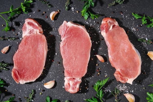 Surowe mięso wieprzowe schab na stole