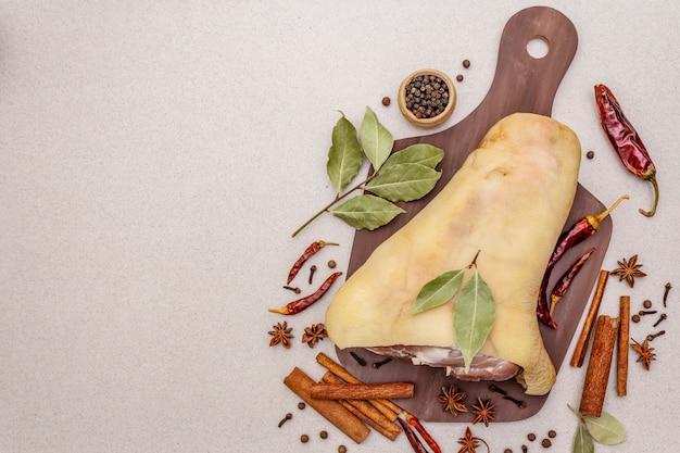 Surowe mięso wieprzowe - staw skokowy, golonka lub udo. tradycyjny składnik eisbein. świeże mięso, suche przyprawy i warzywa