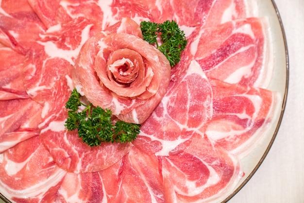 Surowe mięso wieprzowe sukiyaki