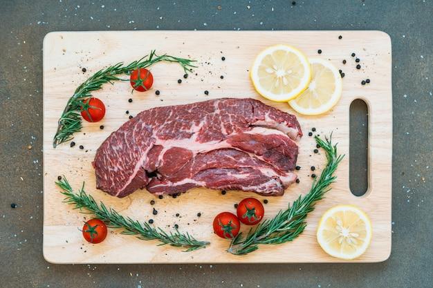 Surowe mięso wołowe na desce do krojenia
