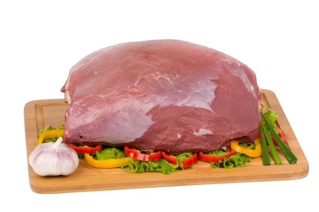 Surowe mięso wołowe na deska do krojenia na białym tle.