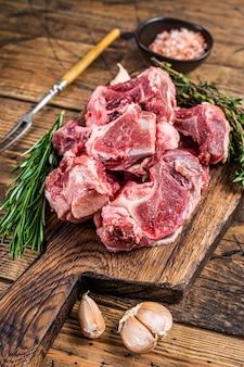 Surowe mięso wołowe pokrojone w kostkę na gulasz z kością