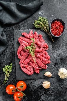Surowe mięso wołowe strogonow