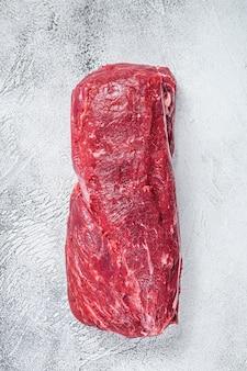 Surowe mięso wołowe w całości z polędwicy wołowej.