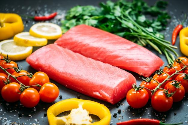 Surowe mięso z fileta z tuńczyka