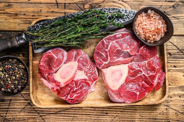 Surowe mięso z golonki cielęcej osso buco, gotowane włoskie ossobuco