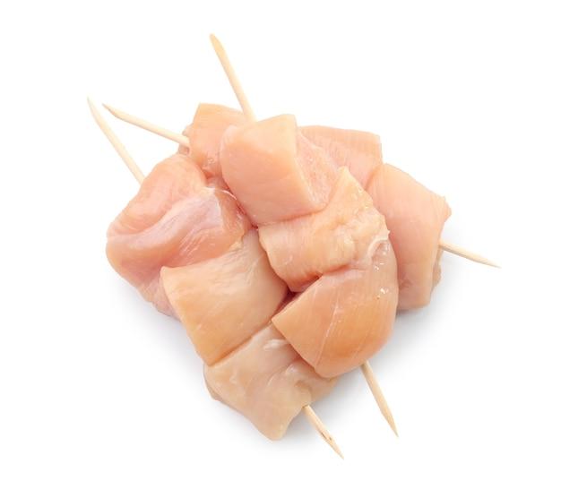 Surowe mięso z kurczaka na białym tle