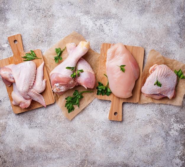 Surowe mięso z kurczaka, udo, skrzydła i nogi