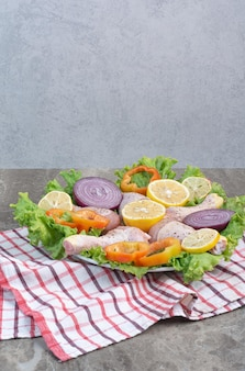 Surowe mięso z kurczaka z warzywami i przyprawami na marmurowym tle. zdjęcie wysokiej jakości