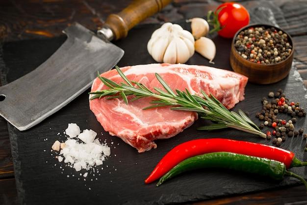 Surowe mięso z przyprawami w kompozycji z dodatkami kuchennymi