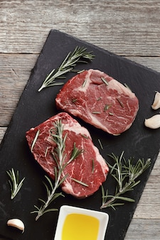 Surowe mięso z ziołami i przyprawami