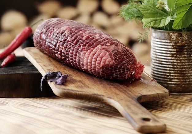Surowe mięso ze składnikami do gotowania posiłku